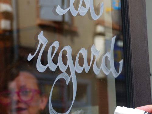 Vitrines calligraphiées à Montauban, une déambulation poétique pour découvrir autrement votre ville…