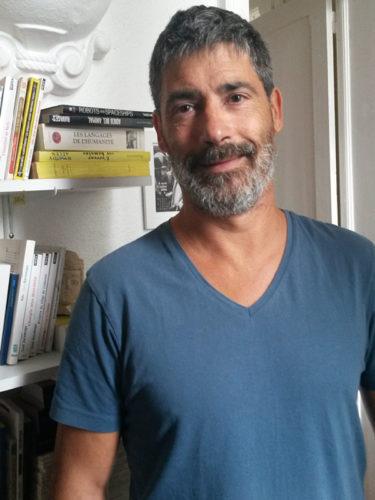 Denis Baronnet souriant avec un t-shirt bleu