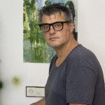 Pierre Marquès, illstrateur, plasticien devant l'une de ses œuvres